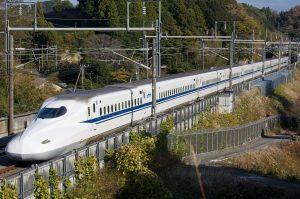 shinkansen-in-japanse-bergen